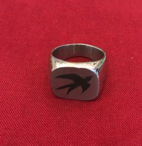 Ring mit persönlichem Emblem